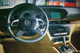 Az E-oszt�ly fel� kacsingat a belt�r, n�h�ny hasznos felszerel�st is �tvesz a nagytestv�rt�l az aut�