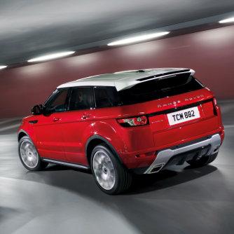 Egy d�zel �s egy benzinmotor mozgatja az alap Range Rovert, 150-240 l�er�s teljes�tm�nnyel