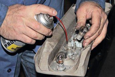 A l�mpatest kiszerel�s�vel ellen�rizhet� a csatlakoz�k �s a foglalatok �llapota. Sokszor nem izz�ki�g�s vagy t�phi�ny, hanem a korr�zi� okozta kontakthiba a z�rlat oka
