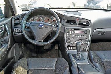 Az S60-as pultja is r�mesen egyszer�, m�gis h�vogat�bb, mint a VW-�