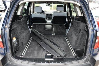 A csomagok r�gz�t�s�t a BMW-ben cs�szk�s s�nrendszer seg�ti.