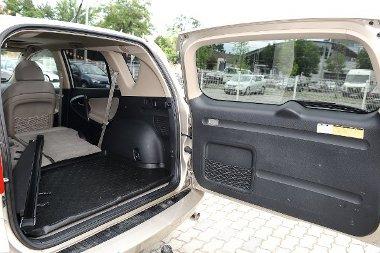 A Toyota h�ts� ajtaja oldalra ny�lik, kit�r�s�hoz nagy helyre van sz�ks�g