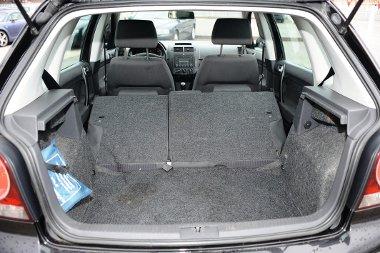 Valamivel sz�kebb (280 liter), de �gyesebben b�v�thet� a VW Polo csomagtere