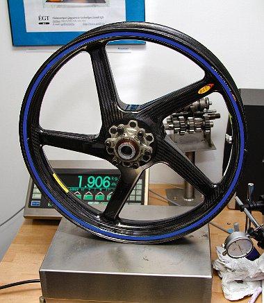 A MotoGP-b�l ismert sz�nsz�las felnikkel 43 kg al� cs�kkenthet� a tit�nv�zas Simson t�mege!