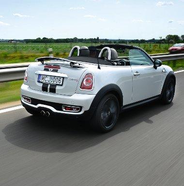 Pimasz pofa, trendi matricacs�kok, igen l�tv�nyos a Roadster! 80 km/�ra felett automatikusan emelkedik fel a h�ts� sz�rny