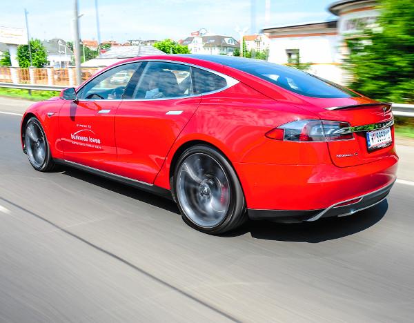 A Tesla mell� nem �rdemes be�llni gyorsulni a piros l�mp�hoz. B�r a P85 D k�zel 2,2 tonn�s t�mege nem kicsi, a 700 l�er� sok mindent megold...