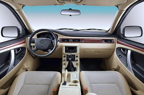 Egyszer�bb a k�z�pkonzol, de egy�rtelm�en a Volvo S80-ast mint�zza a m�szerfal. L�gzs�k nincs