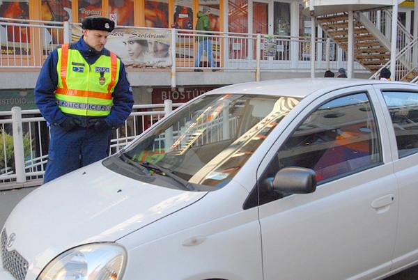 Burik Dori�n egy m�sik, ez�ttal bez�rt kis feh�r aut�val FOT�: Csabai Istv�n