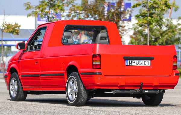 Mintha �gy gy�rtott�k volna, pedig soha nem volt ilyen kocsi a Chrysler �s csatolt m�rk�inak a modellmix�ben. �rdekesen sportos jelens�gg� v�lt a pick-up a piros kasztni-fekete kieg�sz�t�k elegy�t�l
