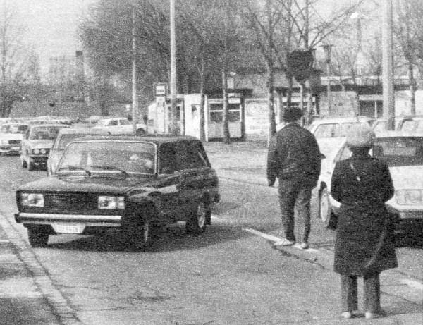 Visszafordul�sra k�nyszer�tve: DY-os rendsz�mmal – az aut� fiatal kor�ra val� tekintettel – a piac ter�let�re hajtani tilos
