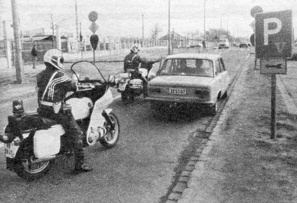 A peches aut�s �ppen akkor hagyta maga m�g�tt fizet�s n�lk�l a piacfel�gyel�ket, amikor a rend�r�k is a k�zelben v�rakoztak