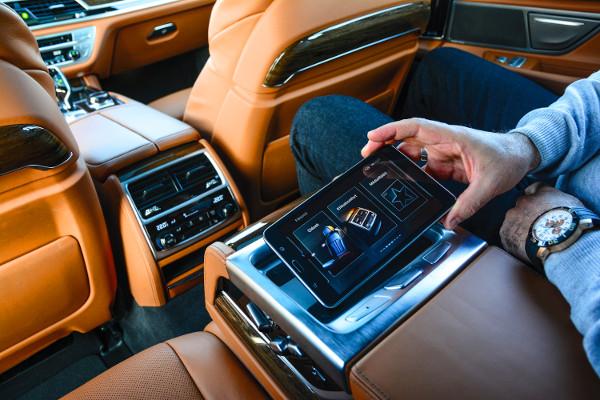A h�tul helyet foglal�k egy Samsung tablet seg�ts�g�vel vez�relhetik a k�l�nb�z� fed�lzeti rendszereket