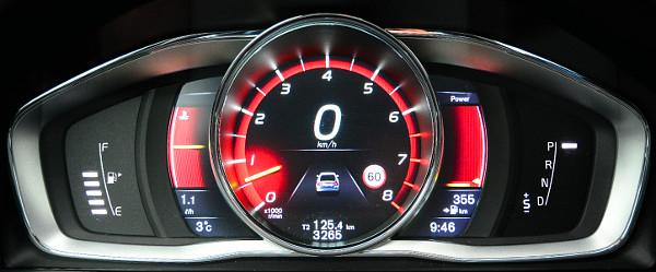 V�r�s h�tt�r, k�z�pen a fordulatsz�mm�r�: a m�szerfal h�rom st�lusa k�z�l ez illik legjobban az aut�hoz. Fot�: Hilbert P�ter