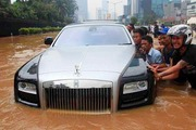A jakartai �rad�s �ldozata lett egy Rolls-Royce Ghost